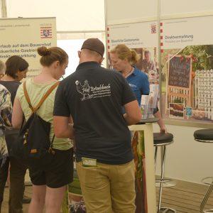 Gäste informierten sich bei Rike Bullwinkel (LLH) zur Direktvermarktung, zur bäuerlichen Gastronomie und zum Urlaub auf dem Bauernhof