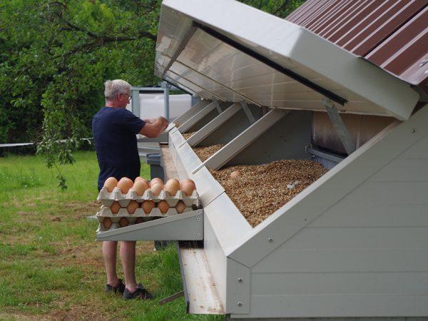 Das Hühnermobil mit den Einstreunestern vor dem Umbau
